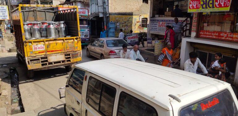 સંતરામપુર નગરમાં આડેધડ પાર્કિંગથી વકરતી ટ્રાફિક સમસ્યાથી વાહનચાલકો પરેશાન