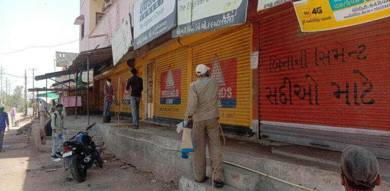 સીંગવડમાં  ગ્રામ પંચાયત દ્વારા દવાનો છંટકાવ કરી ગામને સેનેટાઈઝેશન કરવામાં આવ્યુ