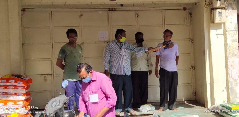 સંતરામપુર: લોકડાઉંનનો ભંગ કરવા બદલ  9 દુકાનોને સીલ મારતું નગરપાલિકા તંત્ર