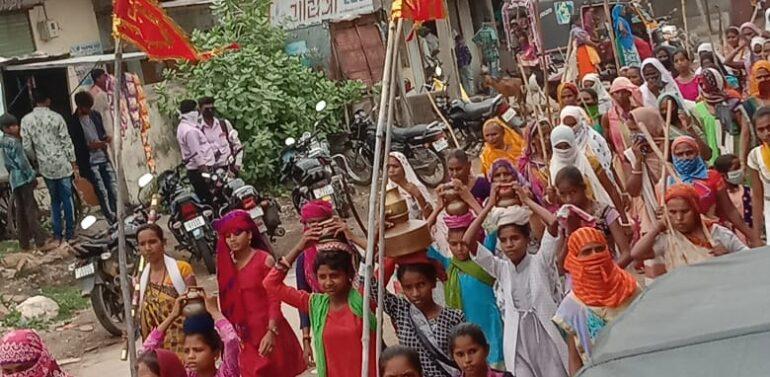 સીંગવડ:વરસાદ ખેંચાતા ગ્રામ્ય વિસ્તારોમાં આદિવાસી મહિલાઓની ધાડ પાડી ભગવાનને રીઝવવાની અનોખી પરંપરા