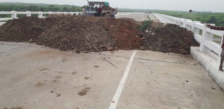 દાહોદમાં કોરોના સંક્રમણને પગલે પાડોશી જિલ્લા ઝાબુઆમાં ગુજરાતને જોડતા માર્ગોને ગ્રામજનો દ્વારા માટી નાખી બંધ કરાયો