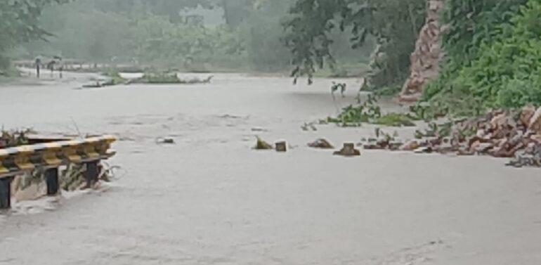 સિંગવડ તાલુકામાં ધોધમાર વરસાદ પડતાં કબૂતરી નદીના પુલ પર પાણી ફરી વળતા વાહન વ્યવહાર ખોરવાયો