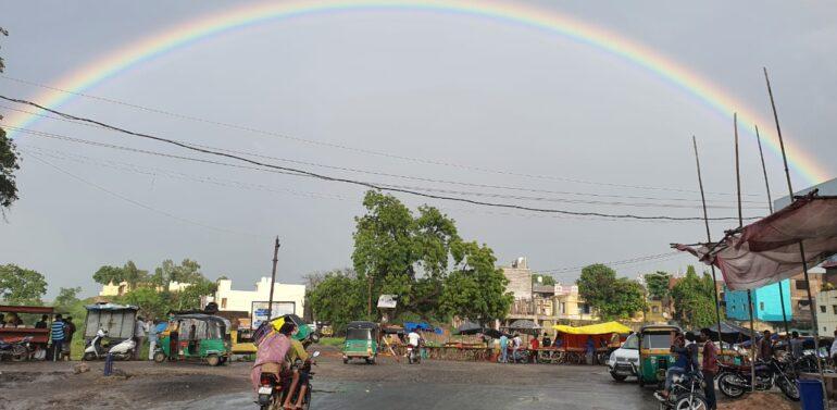 """દાહોદ જિલ્લામાં વરસાદી માહોલની વચ્ચે """"ગરબાડામાં ઇન્દ્રધનુષ""""ના દર્શન થયા"""