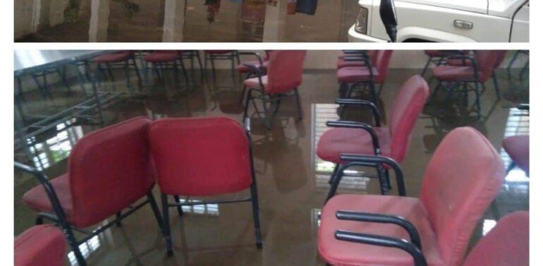 દાહોદ તાલુકા પંચાયતની બિલ્ડીંગ જર્જરિત હાલતમાં:કચેરી કાર્યાલયમાં વરસાદી પાણી ભરાઈ જતા સરકારી રેકોર્ડ પાણીમાં પલળ્યા:છતના પોપડા ખરતા બિલ્ડીંગ જોખમી બની