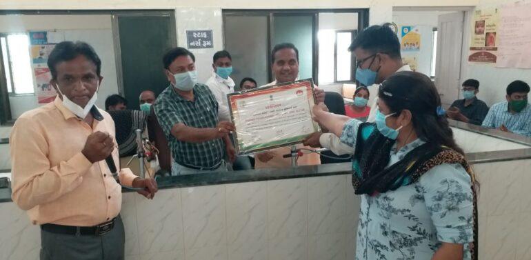 ફતેપુરા તાલુકામાં ૩ પ્રાથમિક આરોગ્ય કેન્દ્રમાં ફરજ બજાવતા ડોક્ટરોને એવોર્ડ આપી સન્માનિત કરવામાં આવ્યા