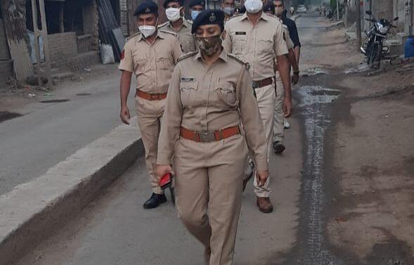 સીંગવડ: આગામી દીપોત્સવી પર્વને અનુલક્ષીને પોલીસ તંત્ર દ્વારા નગરમાં ફ્લેગમાર્ચ યોજાઇ