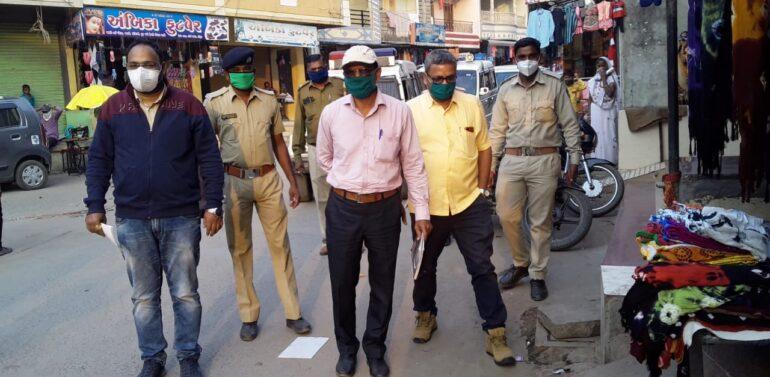 ફતેપુરા નગરમાં મામલતદારશ્રી તાલુકા વિકાસ અધિકારીશ્રી તેમજ પોલીસની ટીમ દ્વારા માસ્ક પહેર્યા વગર વેપાર કરતા વેપારીઓ તેમજ માસ્ક ફરતા લોકોને દંડ ફટકાર્યો