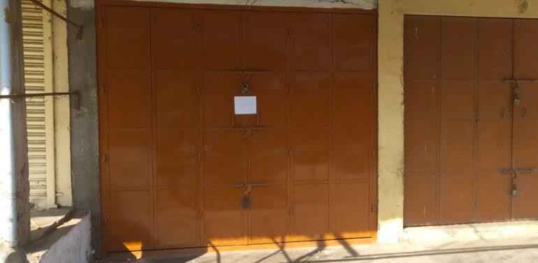 સંતરામપુર:કંટેઇન્મેન્ટ ઝોનમાં કાપડની દુકાન ખુલ્લી જોવાતા વહીવટી તંત્ર દ્વારા સીલ કરાઈ