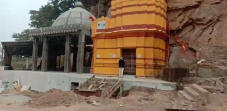 સિંગવડ તાલુકાના પૌરાણિક ભમરેચી માતાના મંદિર પર તસ્કરો ત્રાટક્યા:દાન પેટીના તાળા તોડી 30 હજારની રોકડ રકમ પર હાથફેરો કરી તસ્કરો થયાં ફરાર :પોલિસ તપાસમાં જોતરાઈ