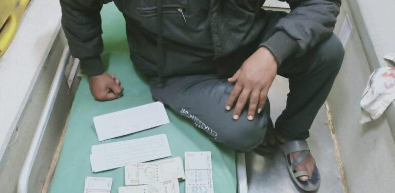 દાહોદમાં 108 ની ટીમે પ્રામાણિકતા દાખવી: માર્ગ અકસ્માતના બે બનાવોમાં ઈજાગ્રસ્ત દર્દીના સગાને 2.42 લાખ તેમજ મોબાઈલ ફોન સહિતની વસ્તુઓ પરત કરી