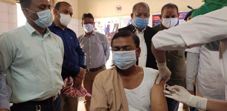 કોરોના સામે જંગ….દાહોદ જિલ્લામાં 454 આરોગ્ય કર્મીઓને  વેક્સીનની રસી મુકાઈ