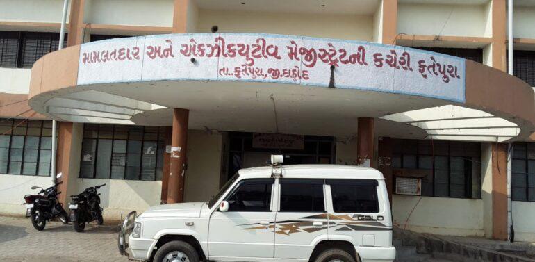 ફતેપુરા:મતદારોને રિઝવવા રાજકીય પક્ષોએ કાવાયત શરૂ કરી:શરૂ:ગામડાઓમાં ખાટલા મીટીંગ અને સભા યોજી ચૂંટણી પ્રચાર પુરજોશમાં:કોંગ્રેસ ભાજપ સહિત દરેક પક્ષના ઉમેદવારો દ્વારા ચૂંટણી જીતવાનો દાવો