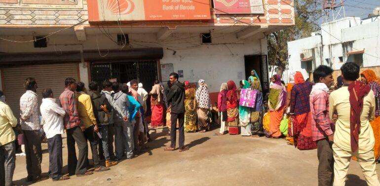 ફતેપુરા નગરમાં એટીએમ ના હોવાના કારણે લોકોને પડતી મુશ્કેલીઓ:રાષ્ટ્રીય બેંકોનુ એક પણ એ.ટી.એમ ન હોવાથી બેંકોમાં લાગી લાંબી કતારો