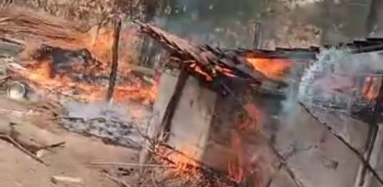 ફતેપુરા તાલુકાના હિંગલામાં અકસ્માતે બે નાના મકાનોમાં લાગી આગ:અનાજ- ઘરવખરી આગની લપટોમાં બળીને સ્વાહા:સદભાગ્યે કોઇ જાનહાનિ નહીં.