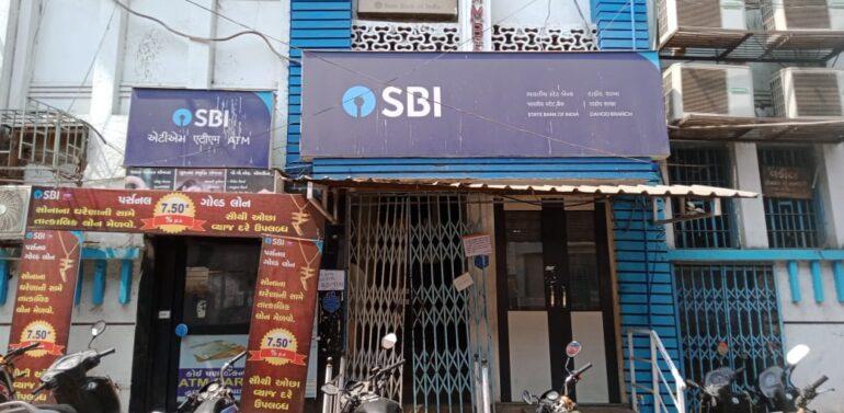 દાહોદ:રાષ્ટ્રીયકૃત બેંકોના ખાનગીકરણ ના વિરોધમાં દાહોદ જિલ્લાના બેંકના કર્મચારીઓ બે દિવસીય હડતાલ પર ઉતર્યા:નાણાકીય વ્યવહાર ખોરવાયો