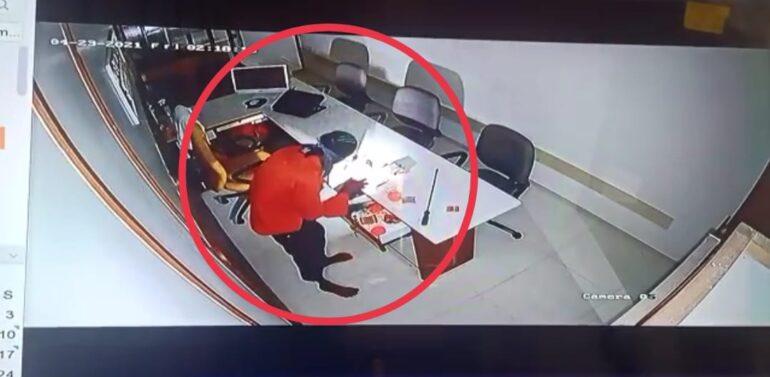 દાહોદ શહેરમાં ચાર્ટડ એકાઉન્ટન્ટની ઓફિસને નિશાન બનાવતાં તસ્કરો:ચોરીની સમગ્ર ઘટના સીસીટીવી કેમેરામાં કેદ
