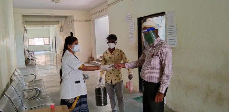 ફતેપુરા આરોગ્ય ટીમ દ્વારા મામલતદાર કચેરી તેમજ તાલુકા પંચાયત કચેરી કર્મચારીઓને આયુર્વેદિક ઉકાળો અને આયુર્વેદિક ગોળીઓનું વિતરણ કરવામાં આવ્યું