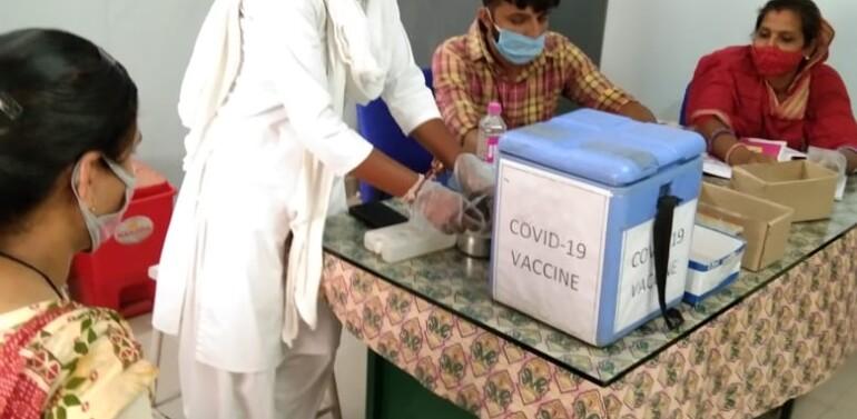 ફતેપુરા સામૂહિક આરોગ્ય કેન્દ્રમાં 18 વર્ષથી વધુ ઉંમરના લોકોને વેક્સિન મૂકવાની શરૂઆત થઈ:18 વર્ષથી વધુ ઉંમરના લોકોમાં રસી મુકવા માટેનો ઉત્સાહ જોવા મળ્યો..