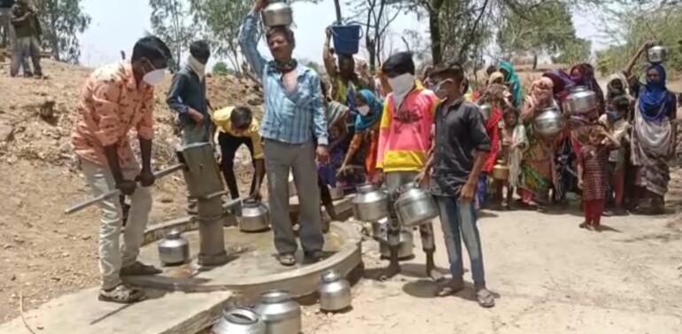 ઝાલોદ તાલુકાનાં ગરાડુ ગામનાનાં રહિશોને પીવાના પાણી માટે વલખાં…રોજ બે કિલોમીટર દૂરથી પાણી લાવવા મજબુર રહિશો,૧૩ હજારની વસ્તીવાળા ગામમાં માત્ર એક કૂવો અને એક જ હેન્ડ પંપ કાર્યરત,બાકીના હેન્ડપંપ શોભાના ગાંઠીયા સમાન…