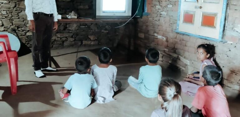 ફતેપુરા તાલુકાના ડબલારા પ્રા.શાળાના શિક્ષક દ્વારા અનોખી પહેલ..ફતેપુરાના શિક્ષકે મિત્રોની મદદથી મળેલા યાંત્રીક ઉપકરણો રીપેર કરાવી બાળકોને ઓનલાઇન ભણતર શરૂ કરાવ્યું.