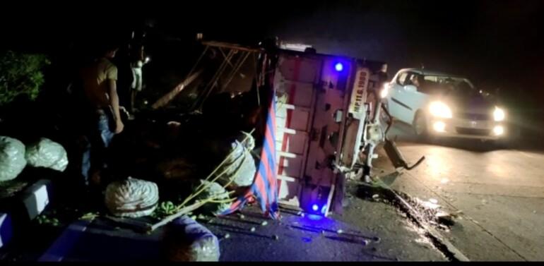 ઇન્દોર અમદાવાદ નેશનલ હાઈવે પર માલ સામાન ભરેલી પીકઅપ ગાડી પલટી મારી: સદભાગ્યે કોઈ જાનહાની નહિ