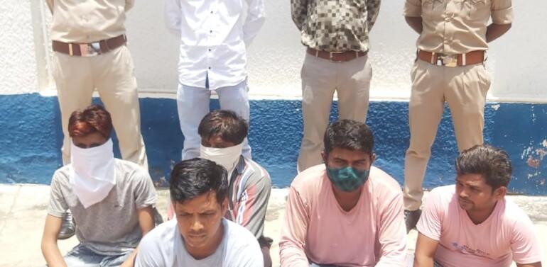 ફતેપુરા તાલુકાના કરોળિયા પૂર્વ ગામે જાહેરમાં જુગાર રમતા 5 શકુંનીઓને પોલીસે 22 હજાર ઉપરાંતના મુદ્દામાલ સાથે ઝડપી જેલ ભેગા કર્યા