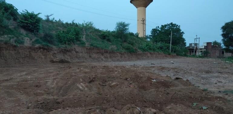ફતેપુરામાં ભુમાફિયાઓ બેફામ:મઘરાતે તલાવની પાળ ખોદી સરકારી જમીન પર કબજો જમાવવાનો પ્રયાસ:ગ્રામજનો સ્થળ પર ભેગા થઇ વિરોધ કરતા ભુમાફિયાઓ જેસીબી-ટ્રેક્ટર લઇ ભાગ્યા..