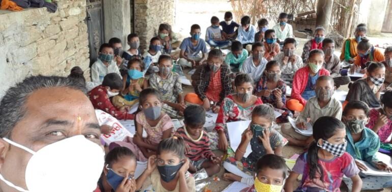 ફતેપુરા તાલુકાના ભિતોડી પ્રાથમિક શાળાના આચાર્યના પુત્રીના ૧૫માં જન્મદિવસની અનોખી ઉજવણી: શાળામાં બાળકોને માસ્ક આપી ૧૫૦ વૃક્ષો ભેટમાં આપ્યા