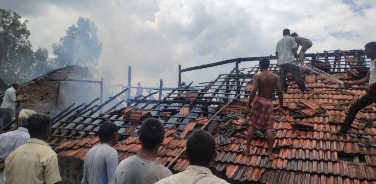 લીમખેડા તાલુકાના કુંડલી ગામે મકાનમાં આકસ્મિક આગ લાગતા ઘરવખરી બળીને ખાખ: મકાન માલિકને લાખોનું નુકશાન