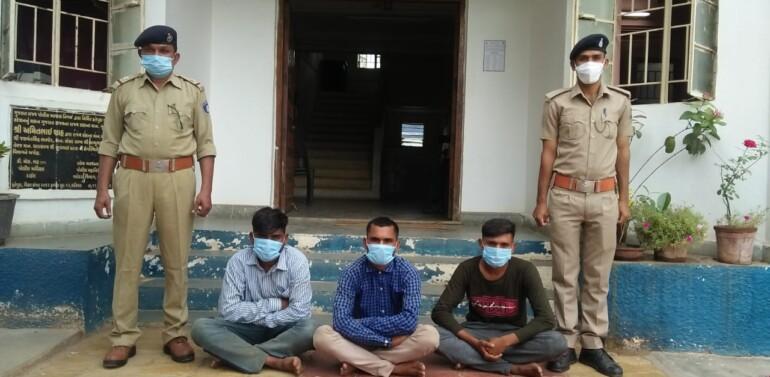 ફતેપુરાના ઘુઘસ ગામે બે વર્ષીય બાળકનું અપહરણ કરનાર કુટુંબી દિયર સહિતના આરોપીઓને ફતેપુરા પોલીસે ઝડપી જેલ ભેગા કર્યા