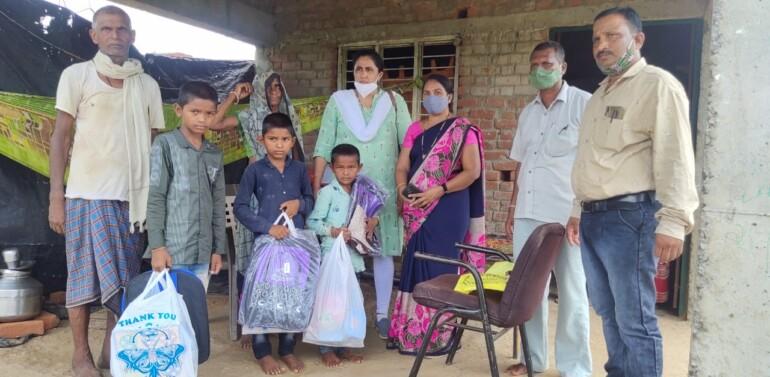 નિરાધારોને સહાય..ફતેપુરા:કોરોના કાળમાં નિરાધાર થયેલા બાળકોને કીટ વિતરણ કરાઈ