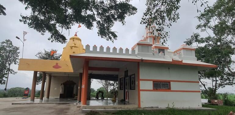 ગરબાડા: અતિ પૌરાણિક રામનાથ મહાદેવ મંદિર મંદિરમાં ભક્તો દ્વારા મંદિર પરિસરની જીર્ણોદ્ધાર ની કામગીરીનો આરંભ:મંદિર પરિસરને પર્યટક સ્થળ તરીકે વિકસાવવાની રજૂઆત પર ધ્યાન આપવામાં આવે તેવી પ્રબળ લોકમાંગ..