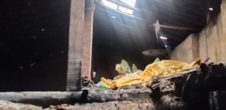 લીમખેડા તાલુકાના ખીરખાઈ ગામે રસોઈ બનાવતી વેળાએ ગેસનો બોટલ લીક થઇ આગ ફાટી નીકળતા નાસભાગ મચી:ઘરવાખરી સમાન બળ્યો,સ્થાનિકો આગ ઓલવી દેતા સદભાગ્યે જાનહાની ટળી