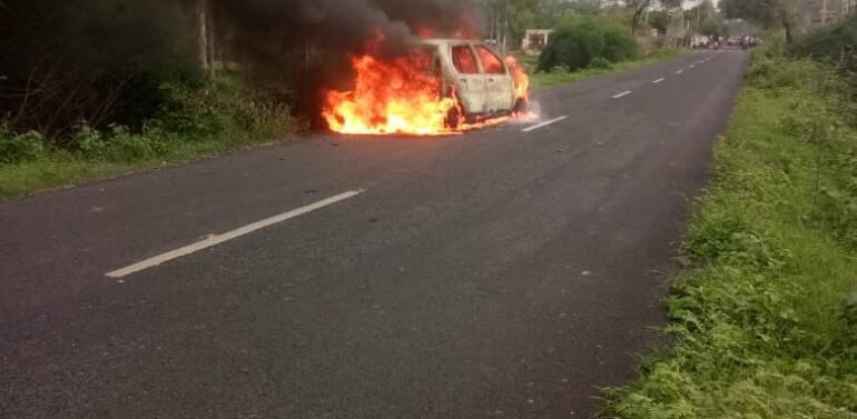 ફતેપુરા તાલુકાના રૂપાખેડામાં ઇન્ડિકા ગાડીમાં શોર્ટ સર્કિટના કારણે આગ લાગતાં બળીને ભસ્મીભૂત:ત્રણનો આબાદ બચાવ…
