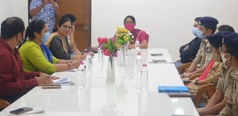 નારી ગૌરવ હનનના કિસ્સામાં દાહોદની મુલાકાત લેતા ગુજરાત મહિલા આયોગના ચેરમેન લીલાબેન આંકોલીયા,  પીડિતા સાથે મુલાકાત બાદ દાહોદમાં ઉચ્ચાધિકારીઓ સાથે બેઠક યોજી