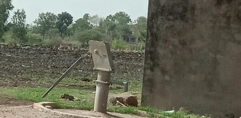 સિંગવડ તાલુકાના ગામડાઓમાં હેડ પંપ હજુ પણ બંધ હાલતમાં: પાણીની સમસ્યા માટે ઝઝુમતા ગ્રામવાસીઓ