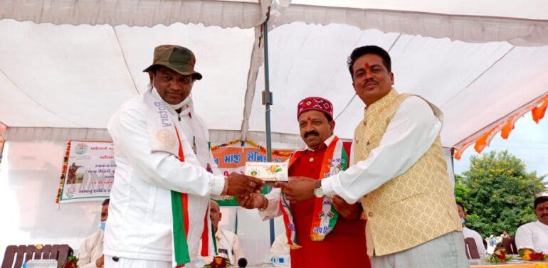 ગુજરાત માજી સૈનિક સંગઠન દ્વારા સ્વાતંત્ર્ય પવૅની ઉજવણી અંતર્ગત આદિવાસી પરિવાર દ્વારા માજી સૈનિકોનુ સન્માન કરાયું